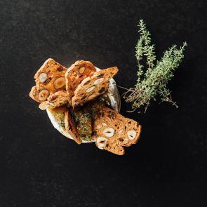 Gesmolten Camembert en noten-crackers.