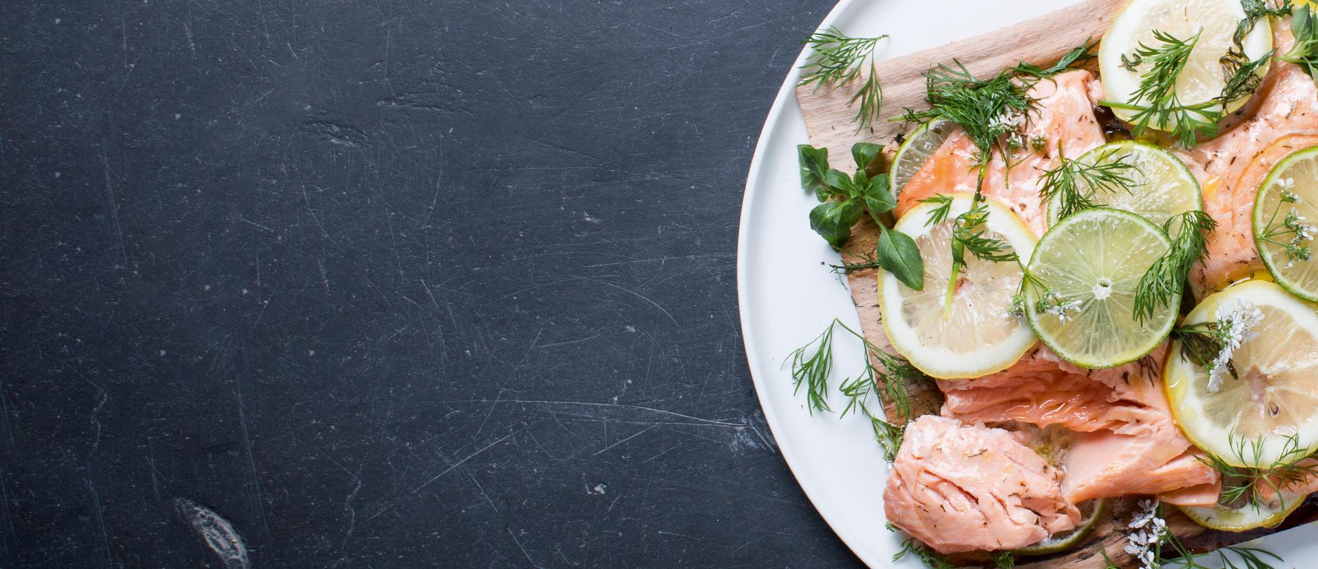 Saumon en bois de cèdre et aux baies de genièvre